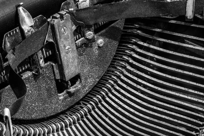 古色古香的打字机-显示传统T的一台古色古香的打字机 免版税图库摄影