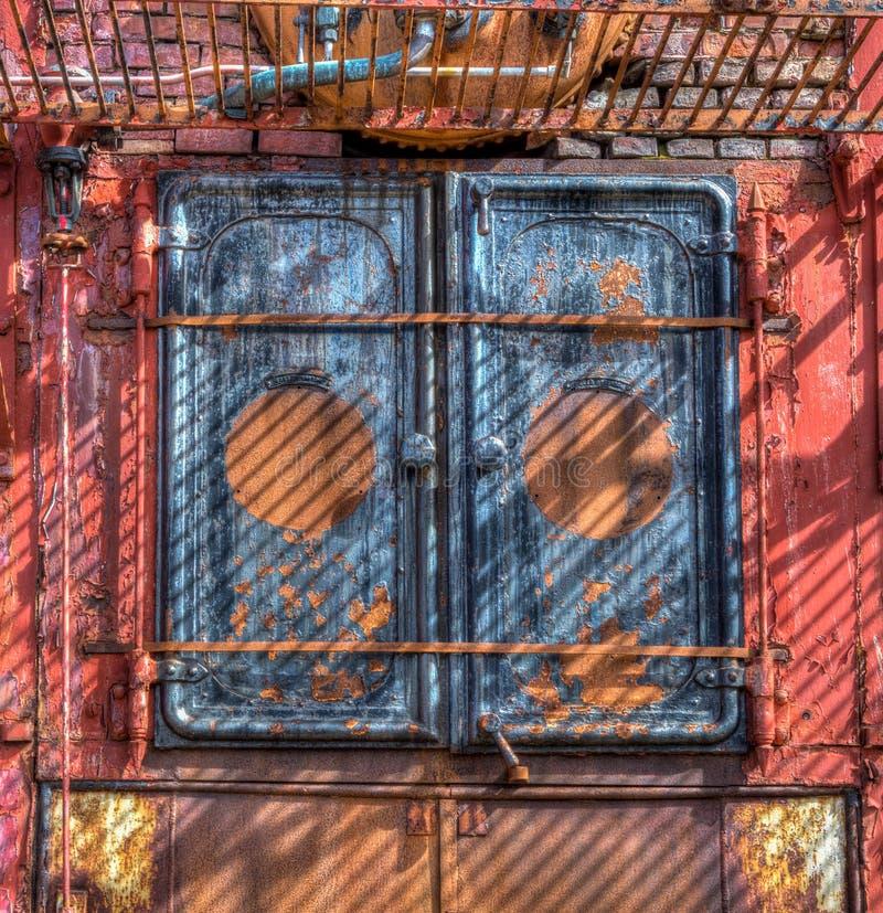 古色古香的捕鲸锅炉的门从缺乏用途生锈在Gryviken,南乔治亚 JPG 免版税库存图片