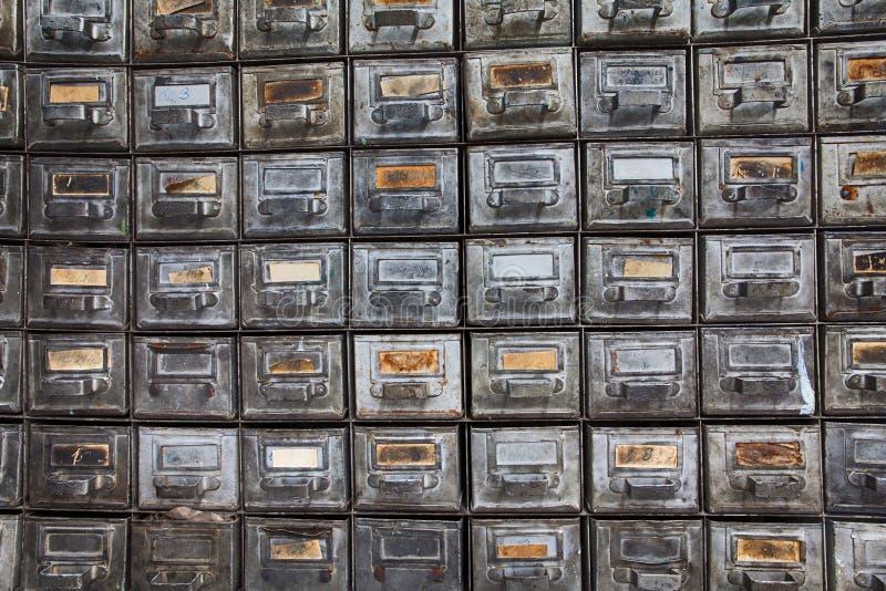 古色古香的文件系统 有年迈的纸标识牌的减速火箭的设计金属箱子 旧时存贮内阁 信息 库存图片