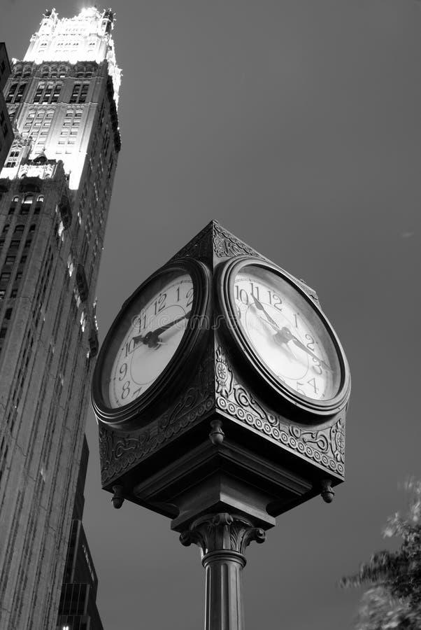 古色古香的时钟在城市 免版税库存照片