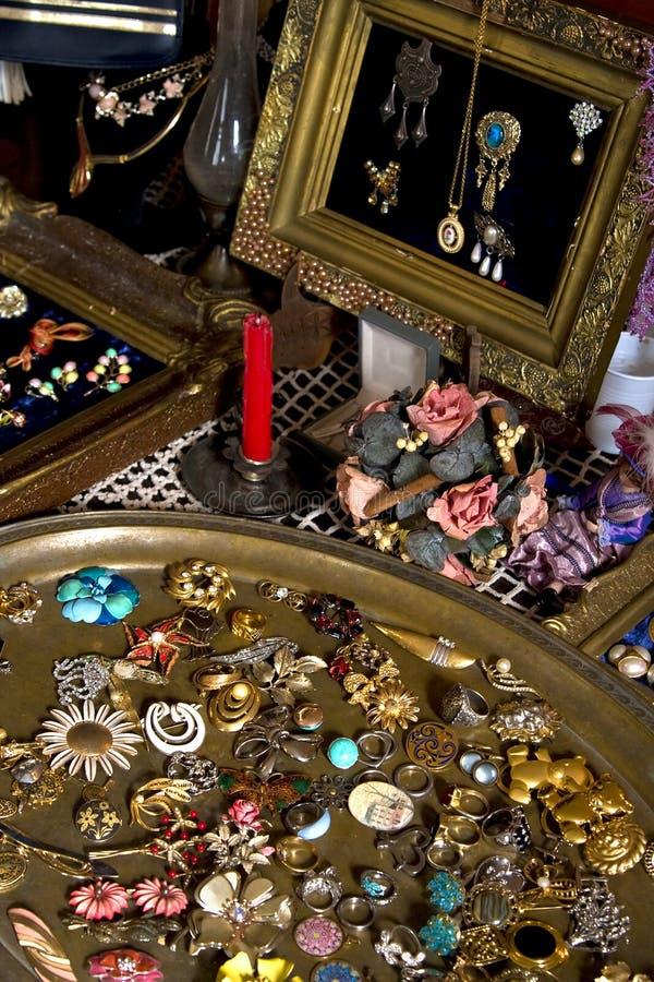 古色古香的显示蚤珠宝市场 免版税库存图片