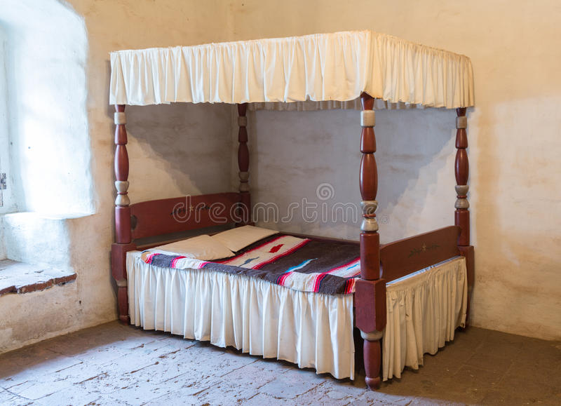 古色古香的有四根帐杆的卧床河床 免版税库存照片