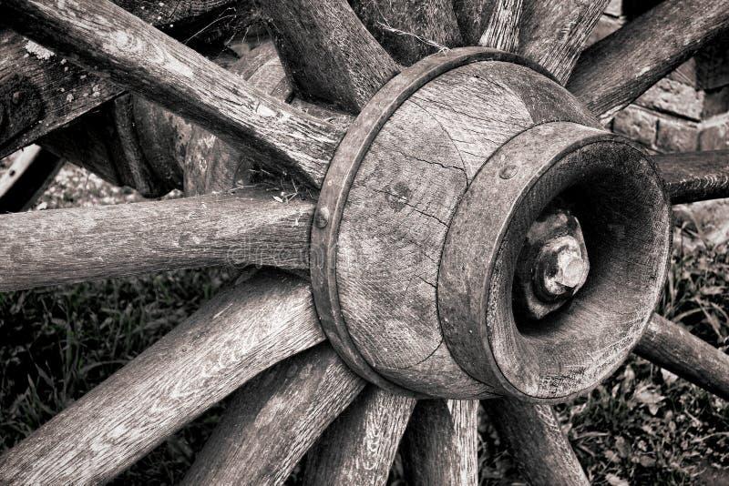 古色古香的木插孔老轮幅马车车轮的木头 免版税库存照片