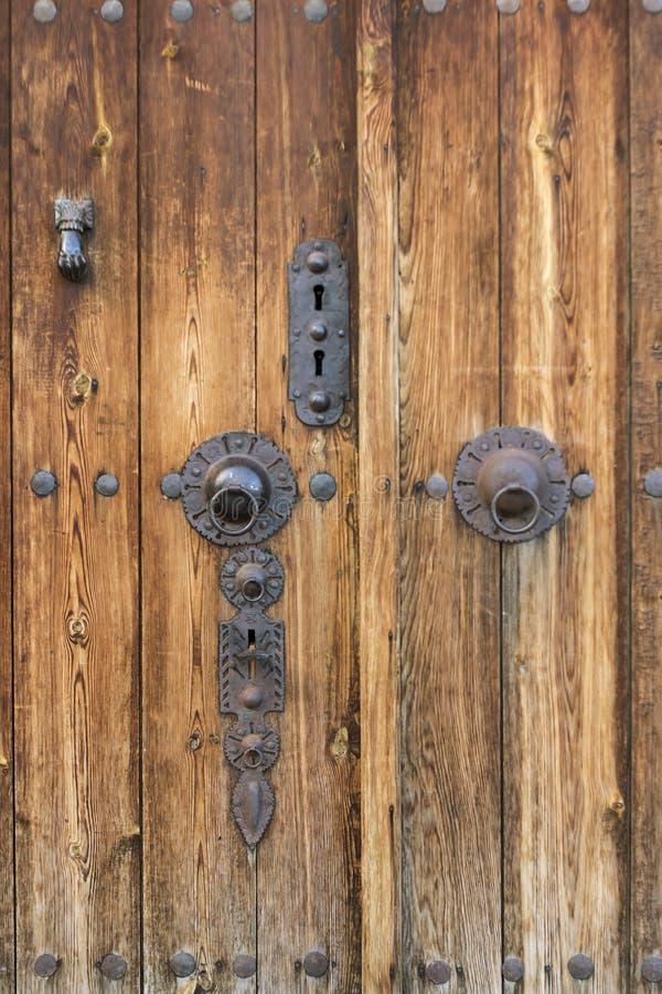 古色古香的木门和门把 图库摄影