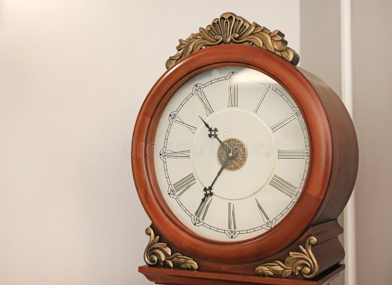 古色古香的样式身分摆钟在房子里 免版税图库摄影