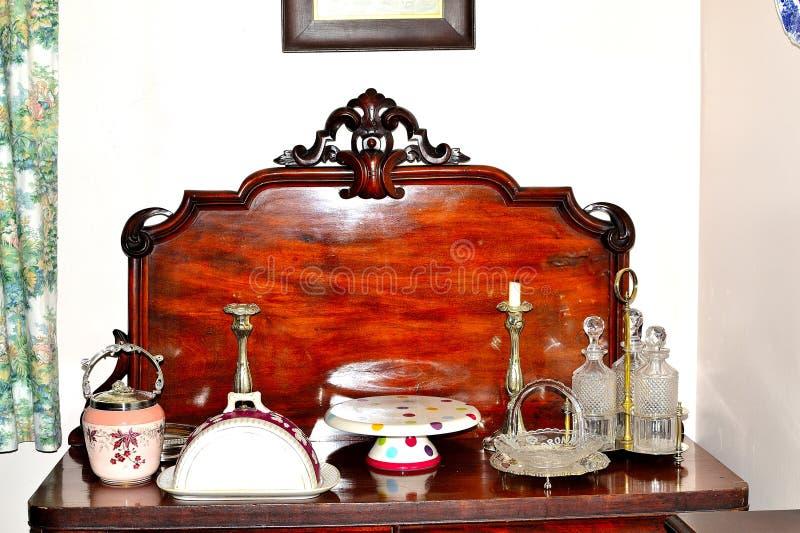 古色古香的桌穿戴的选择在古色古香的木显示的 库存图片