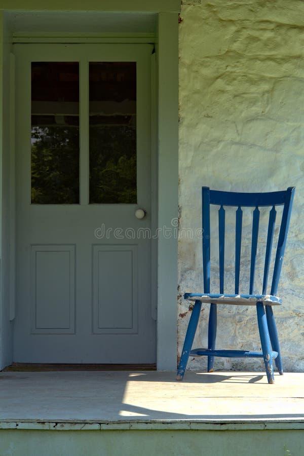 古色古香的椅子农厂前面房子门廊 库存照片