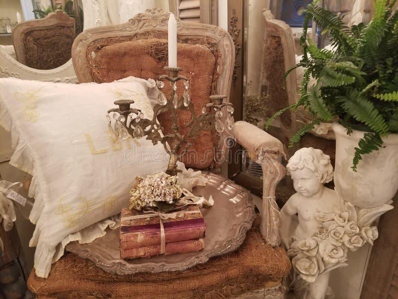 古色古香的椅子和葡萄酒项目显示了 图库摄影