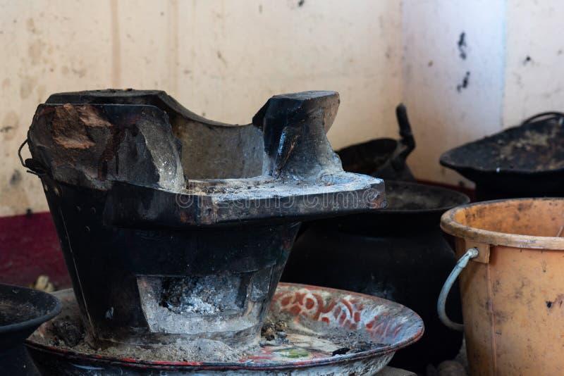 古色古香的火炉,木炭火炉做了手工制造瓦器 免版税库存照片