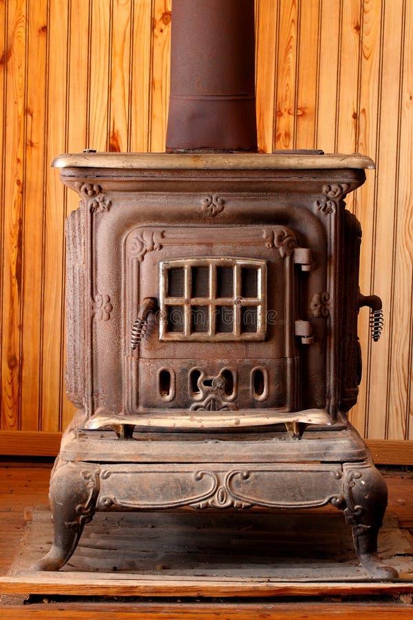 古色古香的灼烧的火炉木头 免版税库存照片