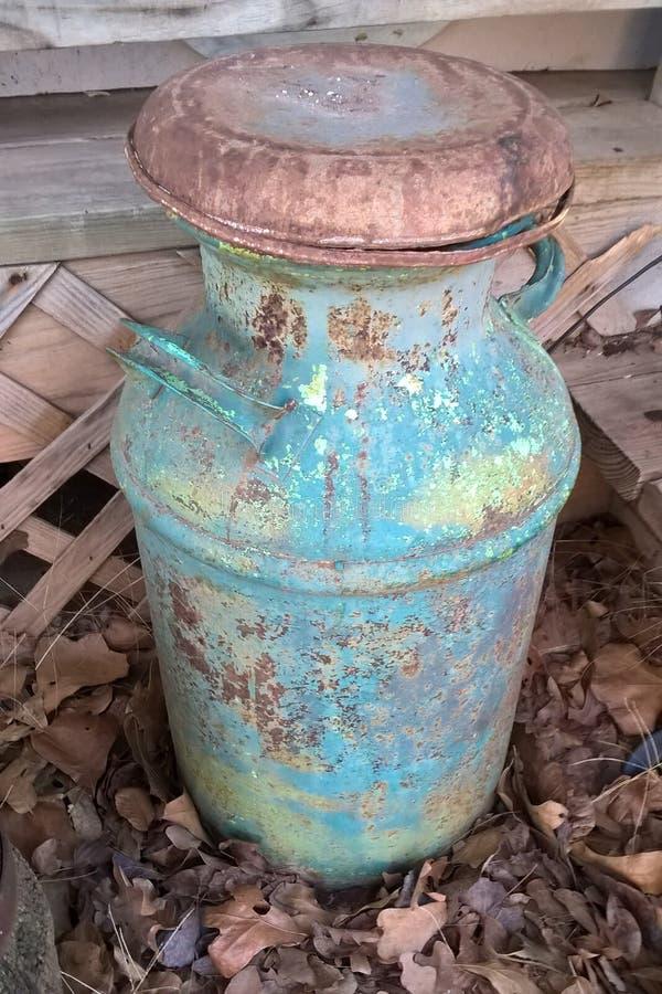 古色古香的牛奶罐头 库存图片
