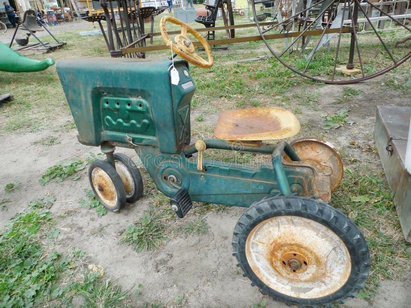 古色古香的玩具拖拉机,乘驾, Trac品牌,与$100价牌 免版税图库摄影