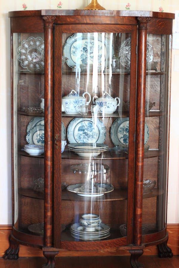 古色古香的瓷器柜 库存图片