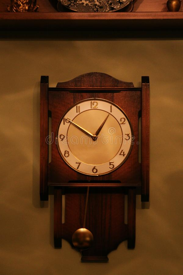 古色古香的看的摆锤木壁钟 免版税库存照片