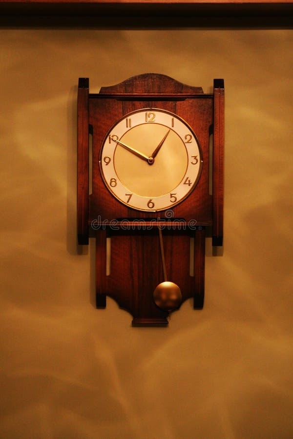 古色古香的看的摆锤木壁钟 图库摄影