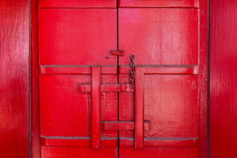 古色古香的红色木门闩 库存图片