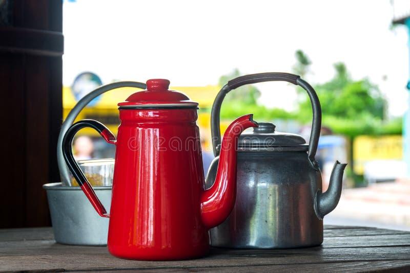 古色古香的红色水壶和老铝水壶 库存图片