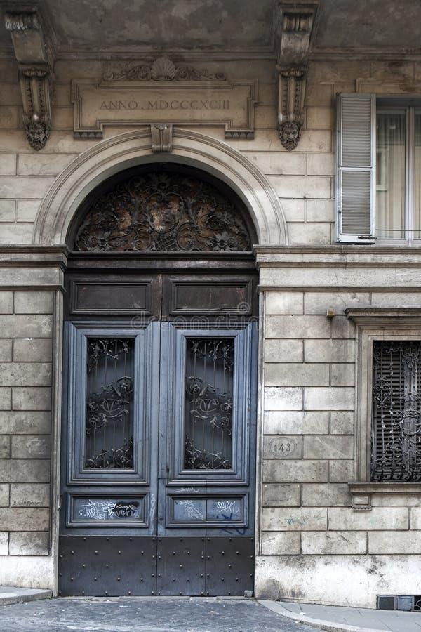 古色古香的经典老木门在罗马,意大利 免版税库存图片