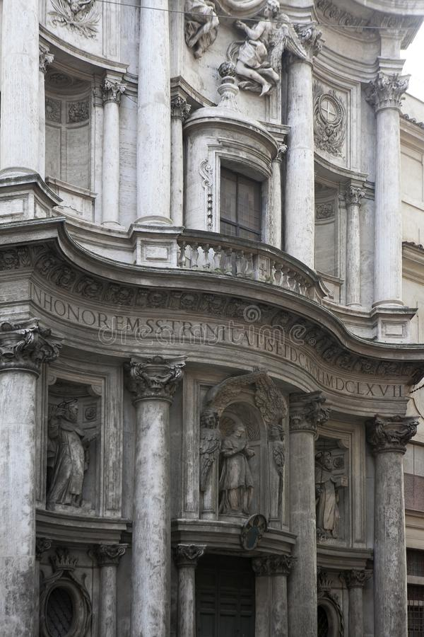古色古香的经典老木门在罗马,意大利 免版税库存照片
