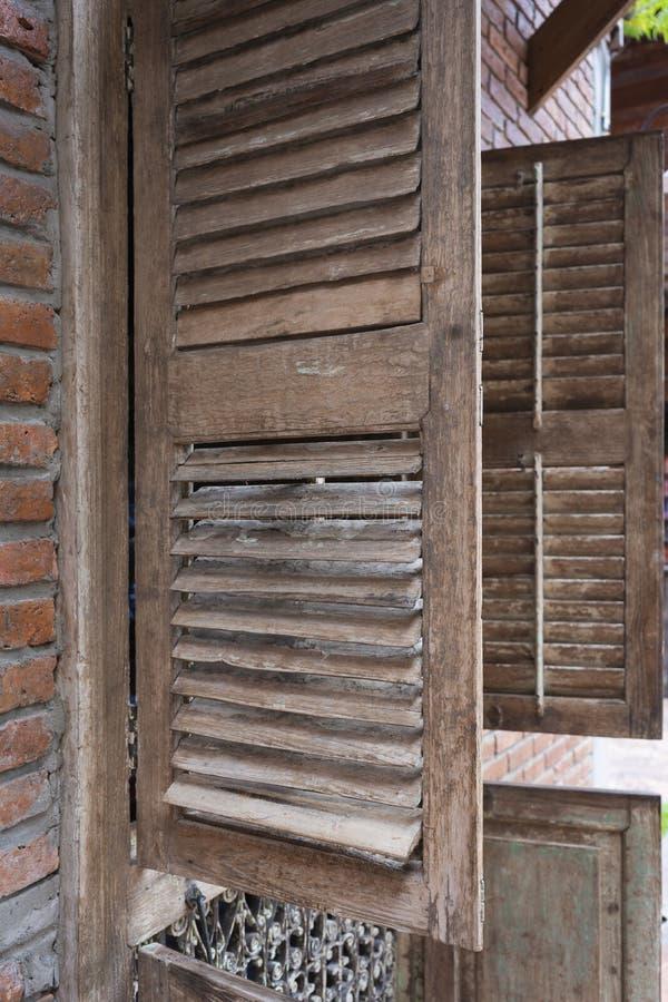 古色古香的老木与砖墙的窗口葡萄酒减速火箭的样式 免版税库存照片