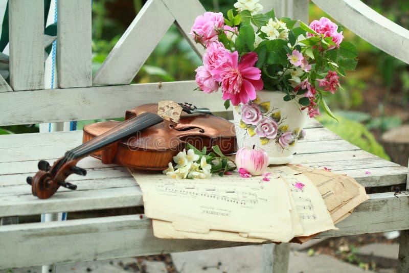 古色古香的花束注意春天小提琴 免版税库存图片