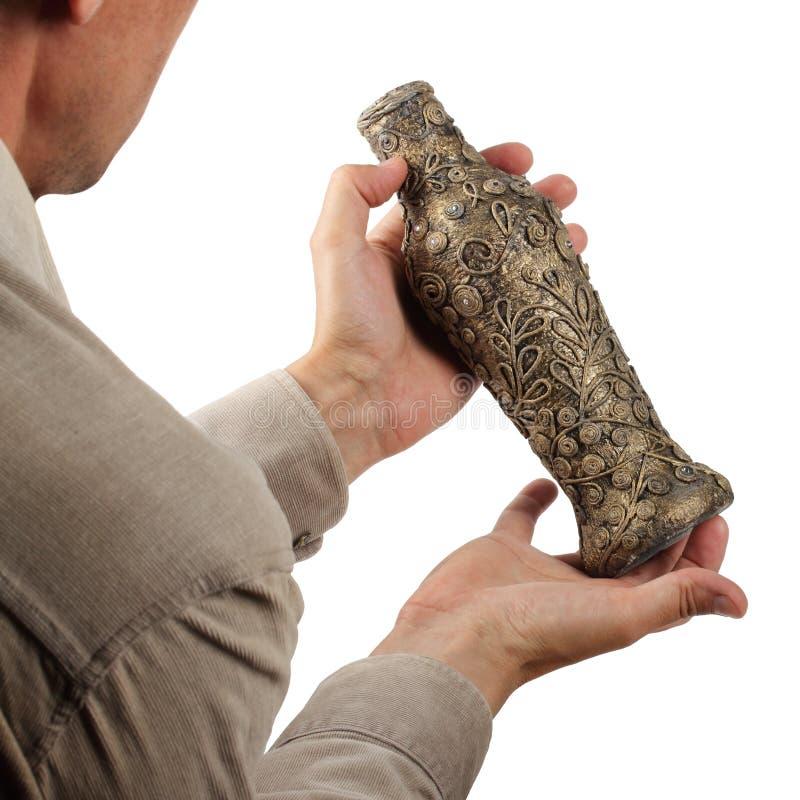 古色古香的花瓶在手上 免版税图库摄影
