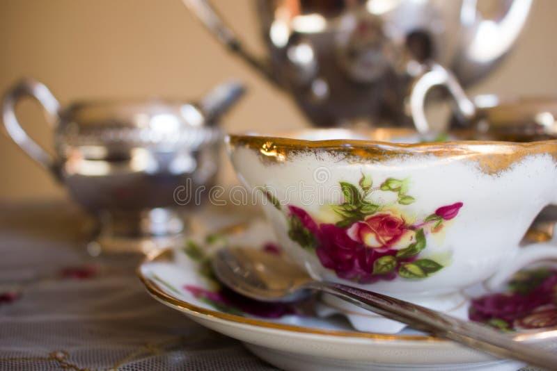 古色古香的茶杯和银茶具 免版税库存图片