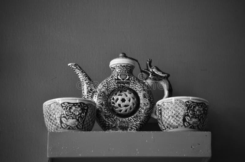 古色古香的茶罐和杯 免版税库存图片