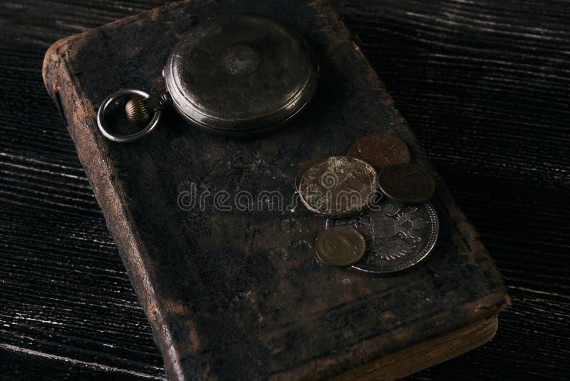 古色古香的葡萄酒怀表和老皮革书 库存图片