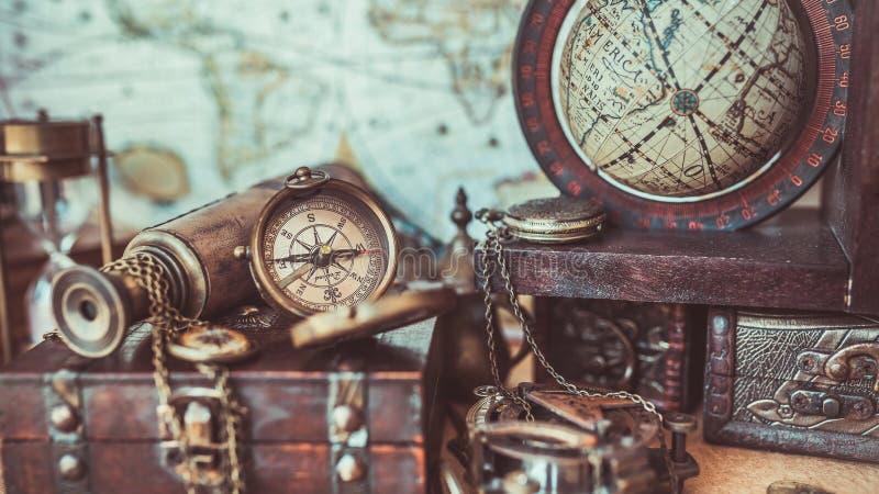 古色古香的葡萄酒指南针地球模型海船舶航海照片 免版税图库摄影