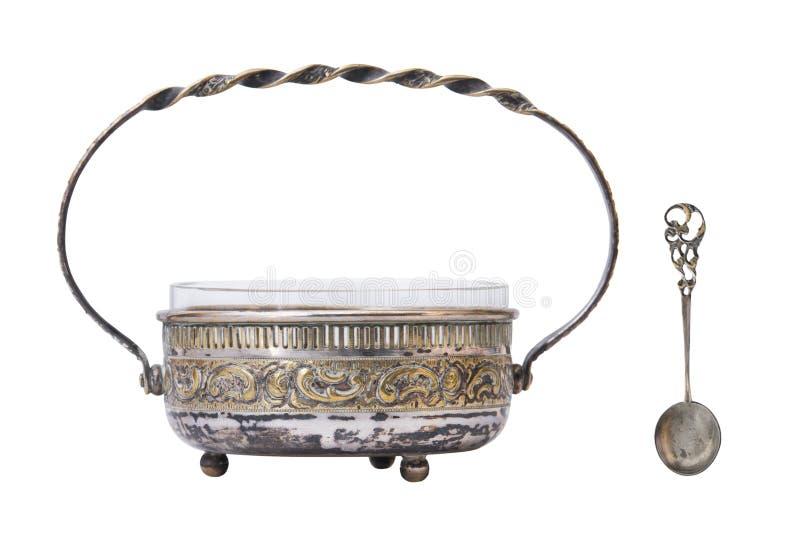古色古香的葡萄酒银色被镀金的在白色背景隔绝的糖罐和匙子 库存照片