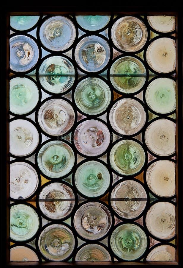 古色古香的行间空格特别大的污迹玻璃窗 免版税库存照片