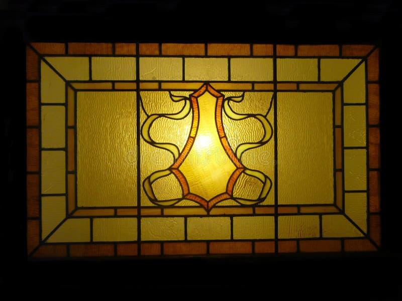 古色古香的行间空格特别大的艺术污迹玻璃窗 免版税库存照片
