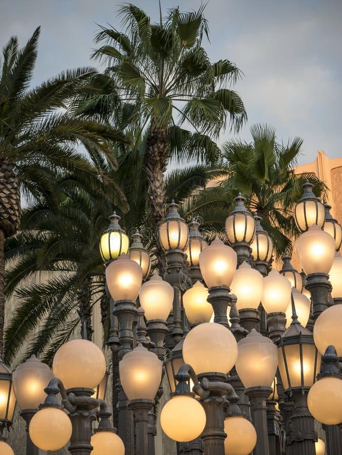 古色古香的街灯照亮洛杉矶在黄昏 免版税库存照片