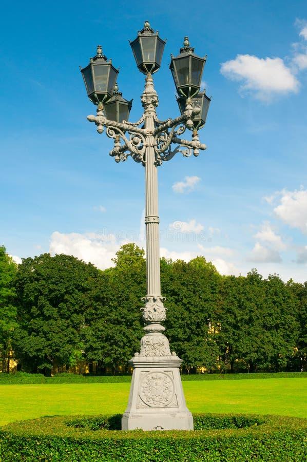 Download 古色古香的街灯 库存照片. 图片 包括有 草坪, 横向, 庭院, 蓝色, 公园, 天空, 地标, 城镇, 葡萄酒 - 62539676