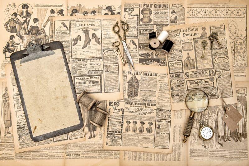 古色古香的辅助部件葡萄酒时装杂志使用了纸backgrou 图库摄影