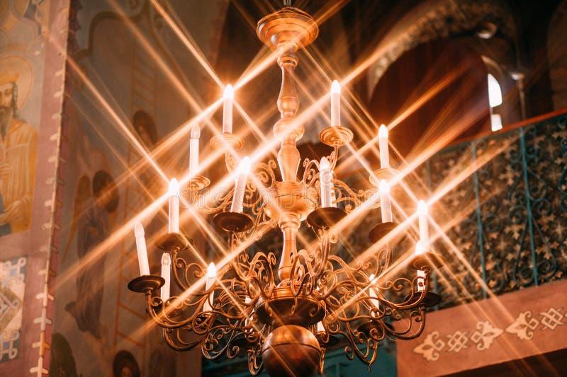 古色古香的金枝形吊灯小组发光的蜡烛聚焦 免版税库存图片