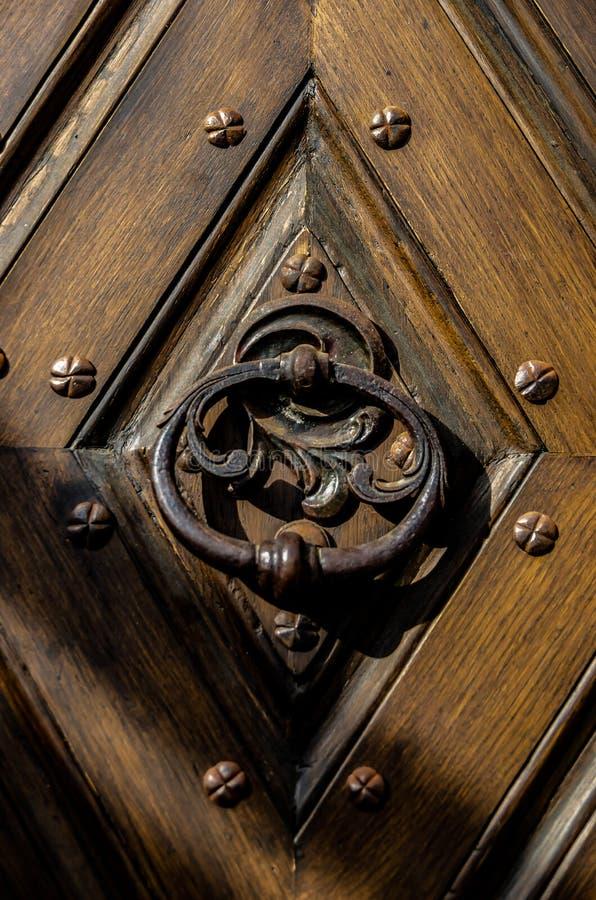 古色古香的铁从大门的伪造的门把手 图库摄影