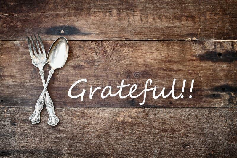 古色古香的银器和感恩的文本在木背景 免版税库存照片