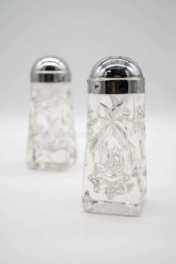 古色古香的银色盖帽水晶玻璃盐和胡椒罐 免版税图库摄影