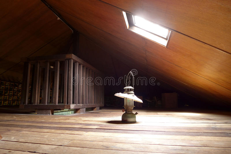 古色古香的闪亮指示在有天窗的老顶楼 库存图片