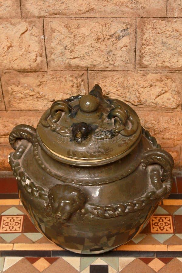 古色古香的陶瓷罐在班格洛宫殿  库存照片