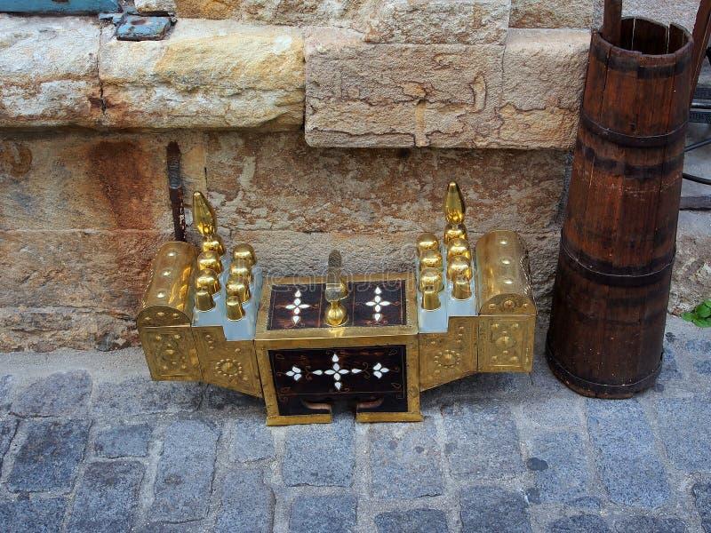 古色古香的黄铜鞋子亮光箱子 免版税库存照片