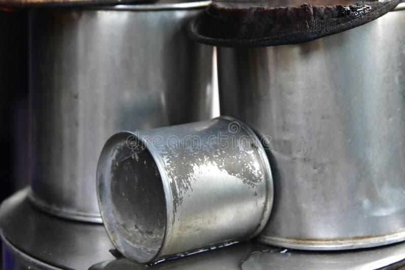 古色古香的coffee-making设备由不锈钢制成,安置在锅炉,作为燃料用于黑木炭 图库摄影