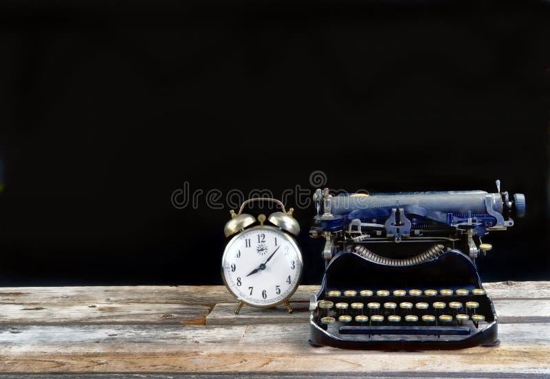古色古香的Typerwriter和闹钟 免版税库存照片