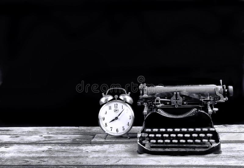 古色古香的Typerwriter和闹钟 图库摄影