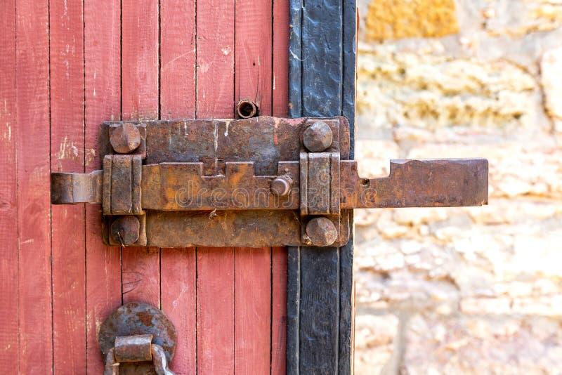 古董伪造了巨型的金属门锁 免版税库存图片
