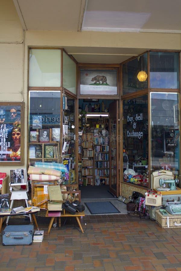 古董店外部用中间人为出售反对商店外 免版税库存照片