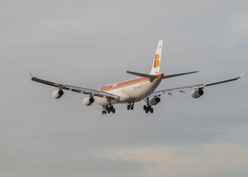 古西班牙喷气机对土地的班机方法马德里机场跑道的,看见从后面 库存图片