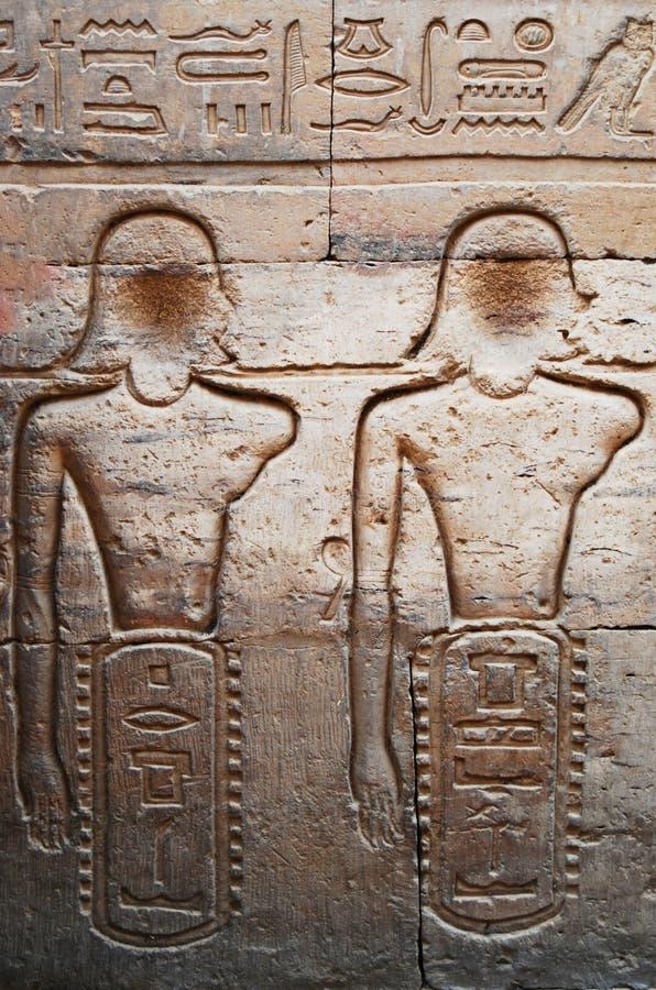 古象形文字与埃及寺庙墙上的浮雕 库存图片